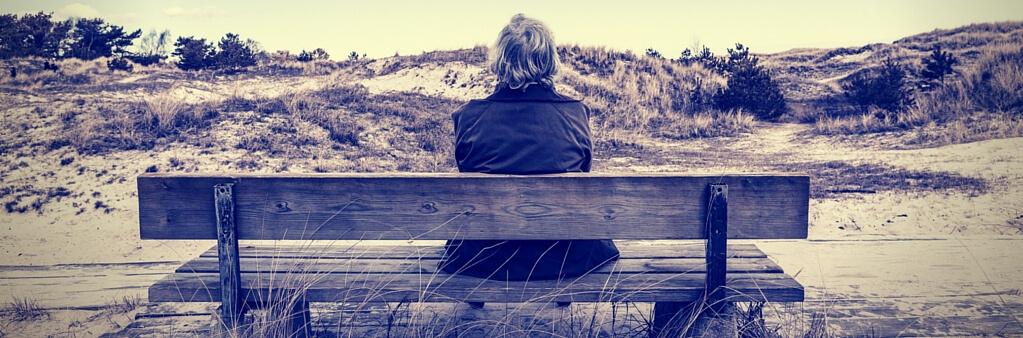señor mayor sentado solo