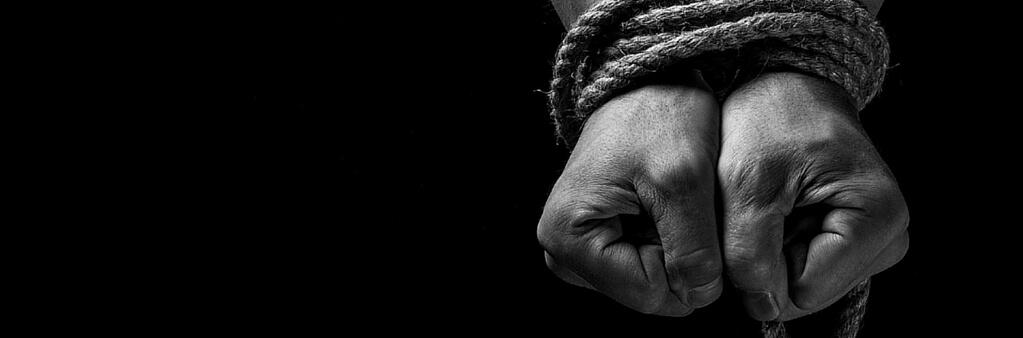 manos atadas con cuerda
